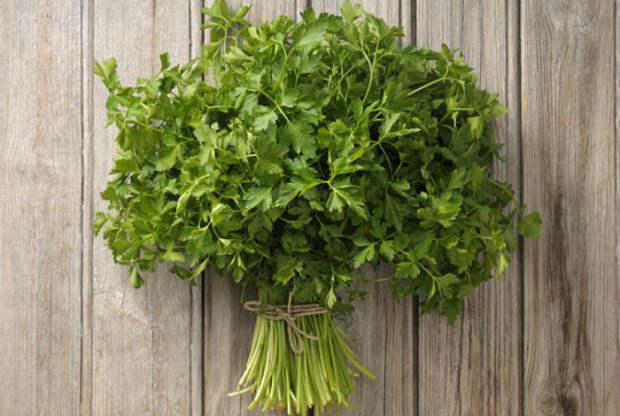 Не стоит класть в микроволновку свежую зелень, с целью подсушить ее. Петрушка, укроп и другие травы содержат слишком мало жидкости и если их передержать, может случиться возгорание.