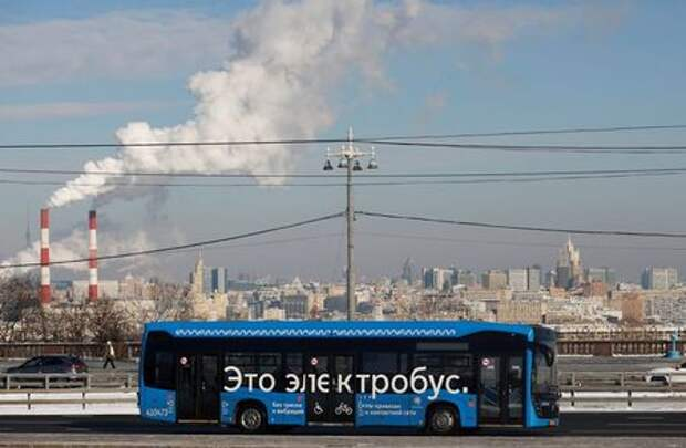 """An electric bus travels along a road in Moscow, Russia February 19, 2021. The sign on the bus reads: """"It's an electric bus"""". REUTERS/Maxim Shemetov"""