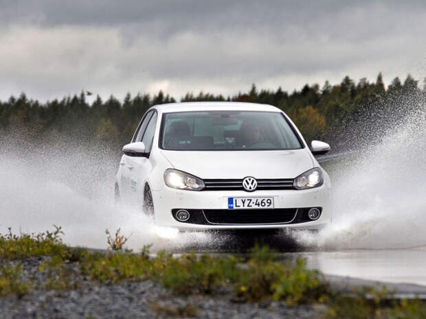 Езда на «лысой» резине по мокрой дороге может быть опасной.