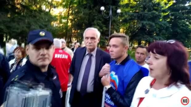 Флаг ЕдРа не провисел и двух минут: «Единую Россию» прогнали с митинга в Подмосковье