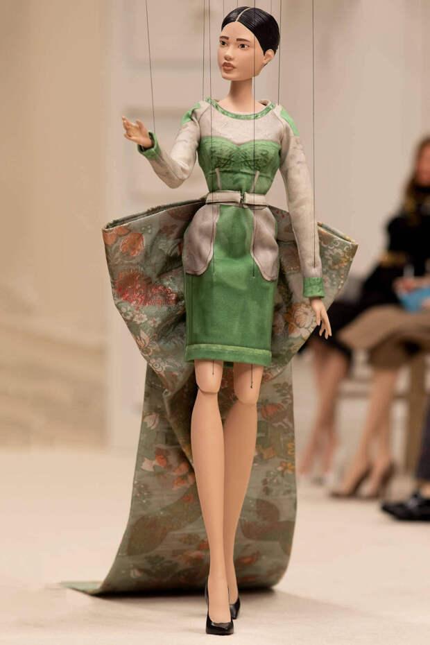 Новая коллекция Moschino весна-лето 2021: креативные идеи в виде театра марионеток