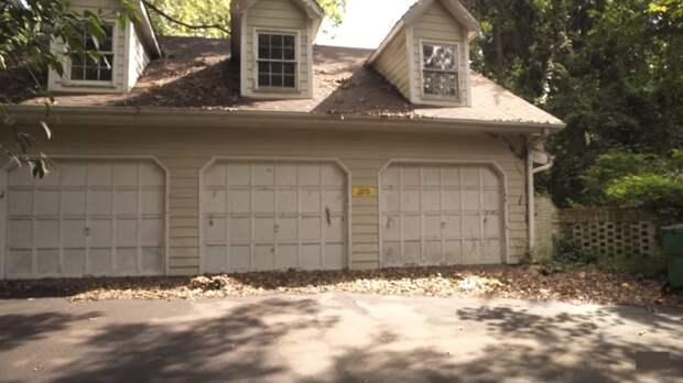 Автомобили не покидали этот гараж с 1991 года. | Фото: youtube.com.