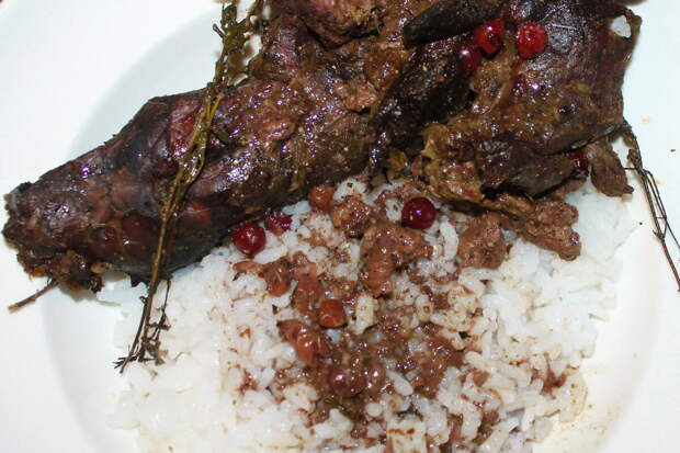 Томленое мясо в травах и ягоде
