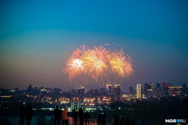 Над Новосибирском отгремел салют в честь Дня Победы — 15 кадров с Михайловской набережной