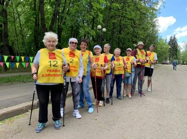 Участники проекта «Московское долголетие» из Аэропорта приняли участие в марафоне по скандинавской ходьбе