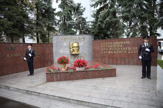 Видео: в СВАО возложили цветы к мемориалу погибшим в годы войны милиционерам