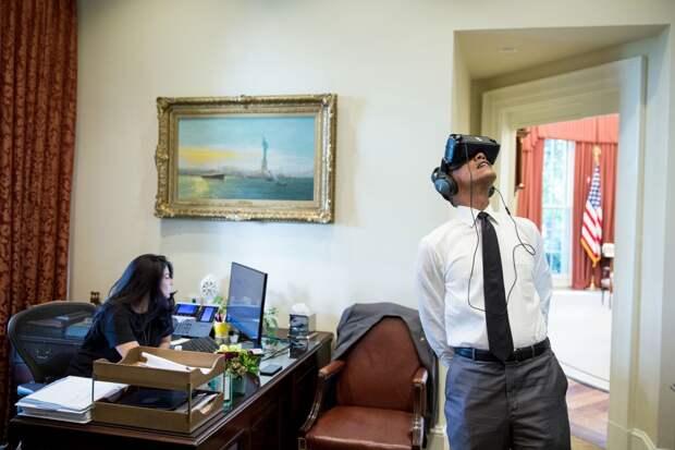 Обама смотрит фильм в очках виртуальной реальности, который был снят во время его поездки в Йосемитский национальный парк (штат Калифорния).