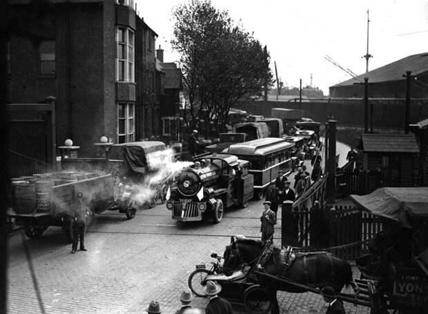 Безрельсовый поезд доставил короля Георга V на станцию в Лондоне, 1926 год авто, мото, ретро