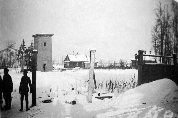 Египетские ворота и дома деревни Большое Кузьмино зимой 1941 года. Фото сделано немецкими оккупантами. Источник изображения: а-парк.рф
