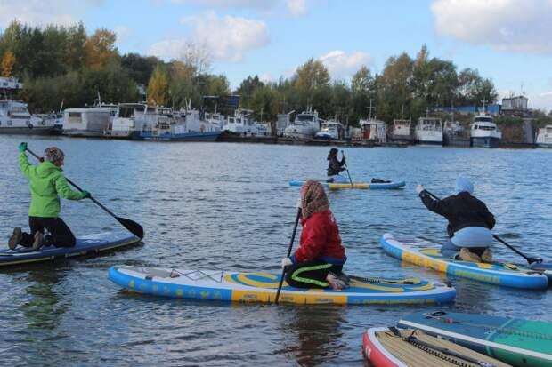 С веслами и мешками для мусора сап-серфингисты провели экстремальный субботник прямо на воде