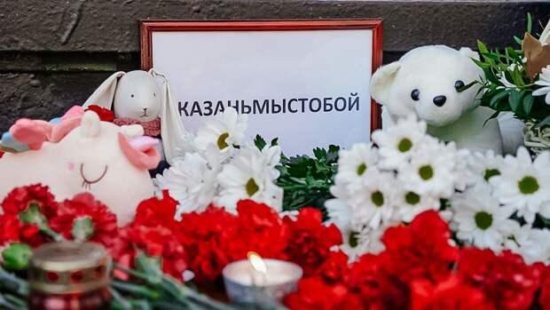 Сотни жителей Казани собрались ночью у гимназии, где погибли дети