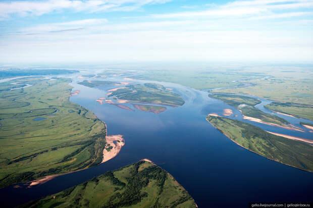 Лена — крупнейшая река Средней Сибири, впадает в море Лаптевых Северного Ледовитого океана.