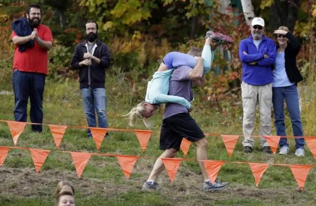 Соревнования по переноске жен в США