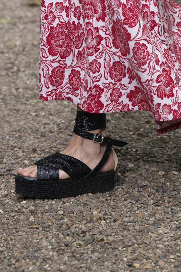 Обувь сезона весна-лето 2020: вьетнамки, вязаные сапоги и «мамины мюли» (фото 27)