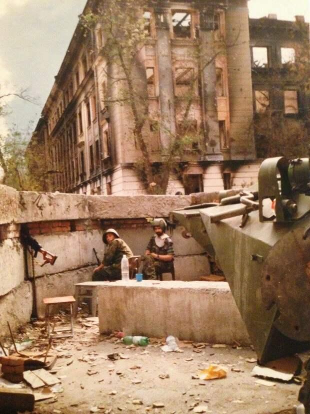 Позиции российских силовиков у здания УФСБ в Грозном, август 1996 года.