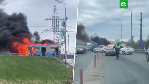 На севере Москвы загорелся автобус: видео