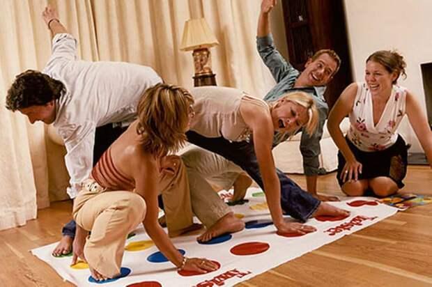 женщины играют в твистер