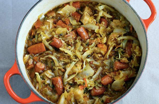 Достаем квашеную капусту и на сразу сковороду