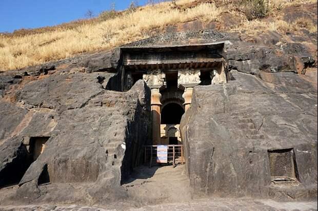 Вход в Чайтайский зал. Кривые ступени справа и слева. Источник https://en.wikipedia.org/wiki/File:004_Entrance_to_the_Chaitya_Hall_(33563202691).jpg