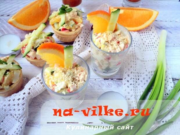 Закуска с крабовыми палочками, кунжутом и апельсином
