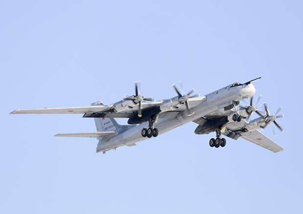 Два стратегических ракетоносца Ту-95мс дальней авиации выполнили плановый полет над нейтральными водами акватории Черного моря