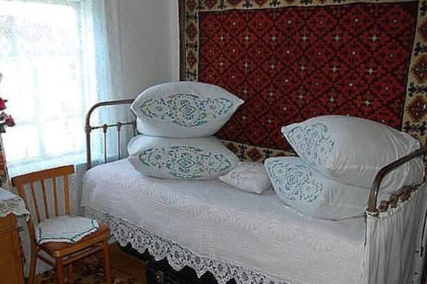 Для чего в деревнях выкладывают подушки горкой и другие необычные привычки наших бабушек