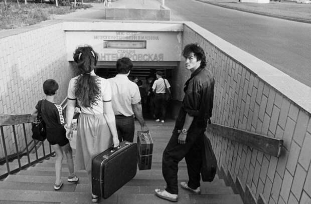 Виктор Цой спускается в метро Кантемировская. Москва, 1986 год.