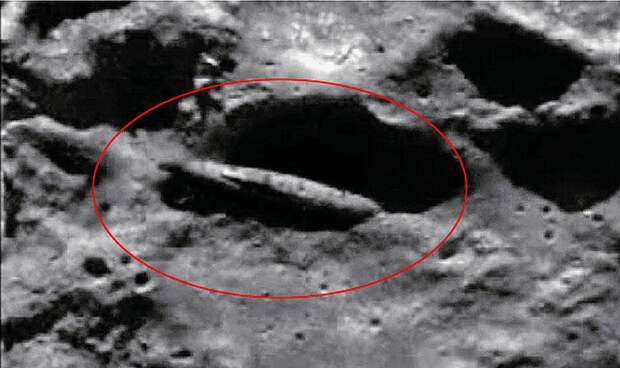 Рухнувший корабль на поверхности луны