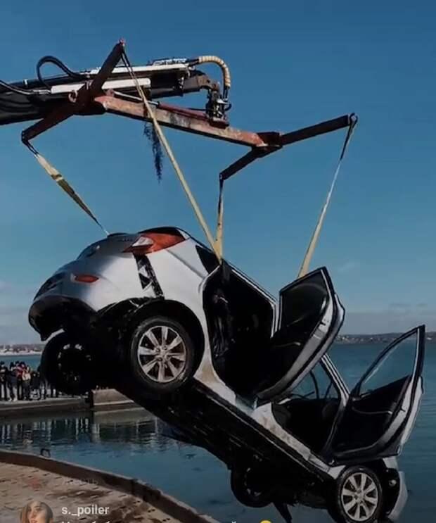 В Керчи вытащили из воды вчерашнюю иномарку-утопленницу