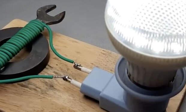Лампочка горит от обычного магнита: обматываем проволокой и генерируем ток