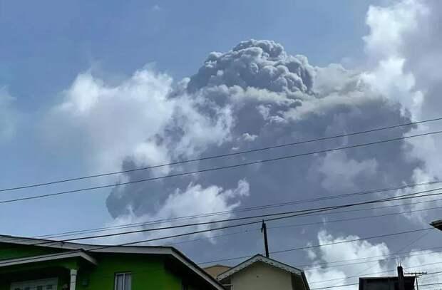 Карибский остров покрылся пеплом вулкана Суфриер