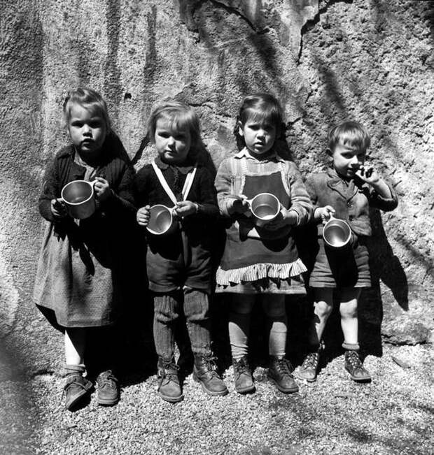 Австрия, Вена, 1948 год - Школьники в ожидании начала раздачи молока
