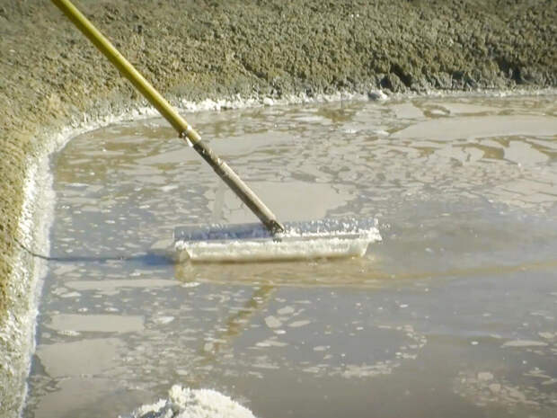 Кристаллы Флер де сель на поверхности воды. Кадр из видео — Videoframe Travel Vlog
