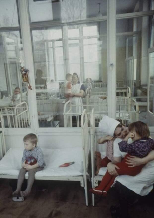 Палата в одной из детских больниц. Москва, 1970-е годы.