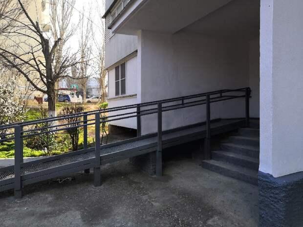 В Севастополе в доме, где проживает инвалид Великой Отечественной войны, установили пандус