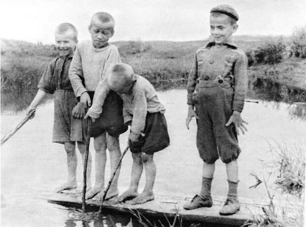 Деревенское детство Михаила Боярского (справа) 1956 год.