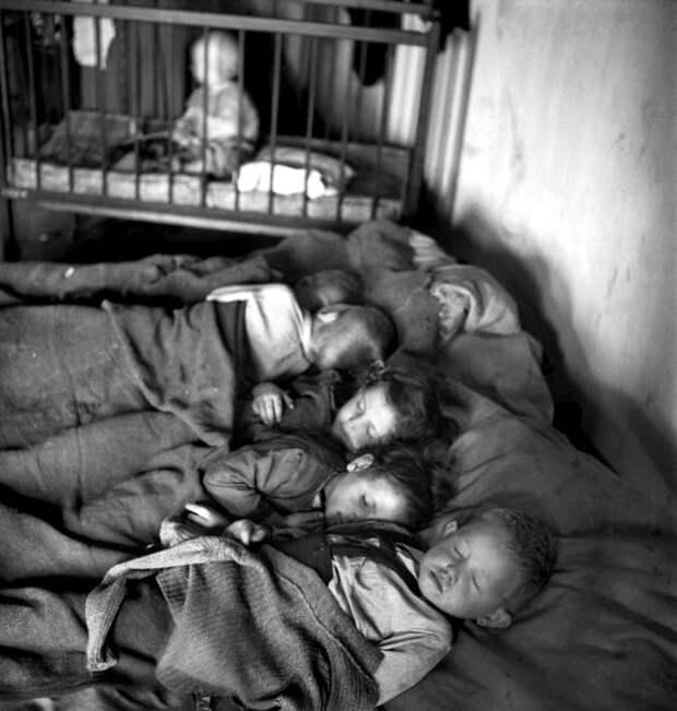 Австрия, Вена, 1948 год - Спящие дети