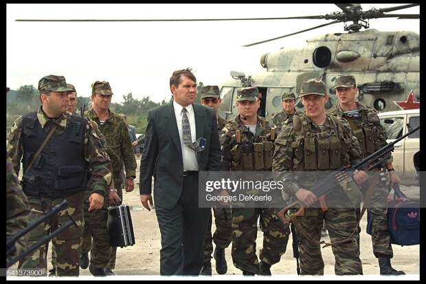 Александр Лебедь в Грозном, 15 августа 1996 г