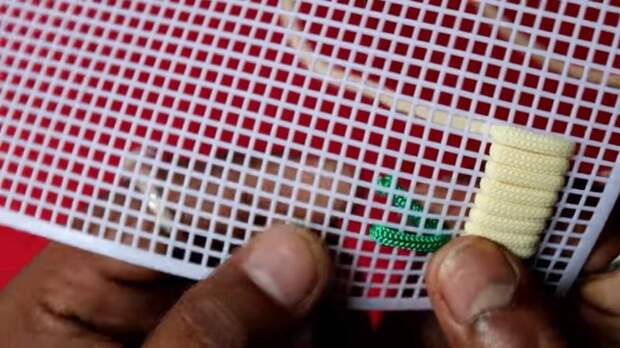 Шнур + пластиковая канва = симпатичная вещица в технике макраме
