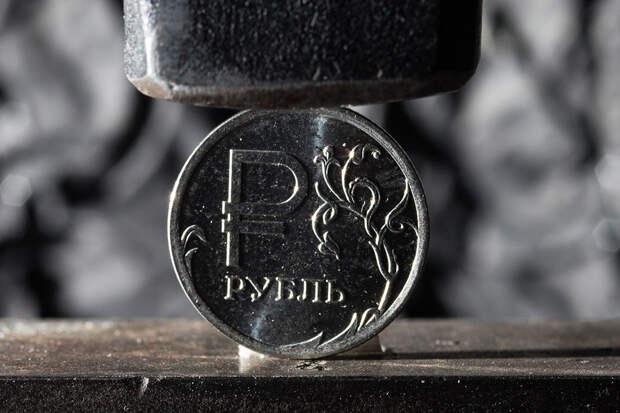 Неестественная слабость рубля мешает развитию России