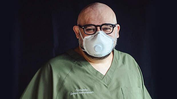 Таких вирус не берет: Главврач Коммунарки мыл полы в больнице и мотался на скорой
