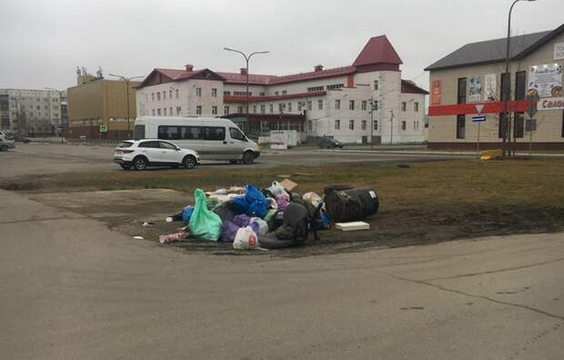 Жители нескольких домов в Ноябрьске складывают мусор на муниципальной земле