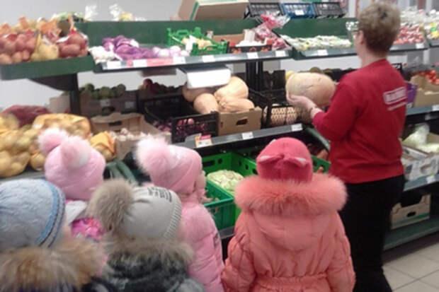 Воспитанникам детсада устроили экскурсию по супермаркету и показали еду.