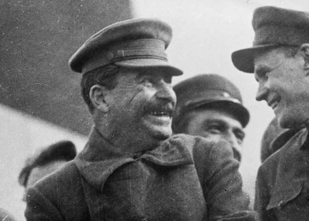Сталин смеется (!) на трибуне мавзолея