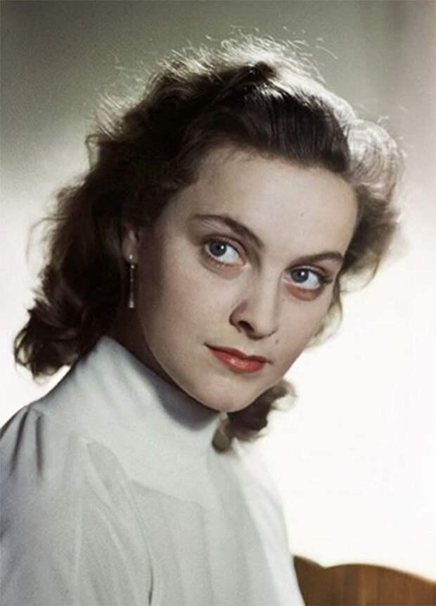 Одна из самых ярких и успешных актрис советского кино: статная, красивая, с огромной копной каштановых волос и серыми лучистыми глазами.