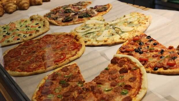 Экстравагантный способ поедания пиццы встревожил пользователей Интернета