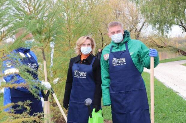 Сенатор Инна Святенко приняла участие в экологической акции вместе с волонтерами МНПЗ. Фото из личного архива