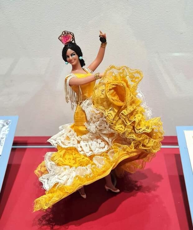 Табличка к этому экспонату на выставке гласит: «Фигурка испанской танцовщицы в жёлтом платье. Памятная кукла А. де лас Эрас». Какая история стоит за этой куклой? Почему именно её СВР хранит в своей коллекции? © Собрание СВР России