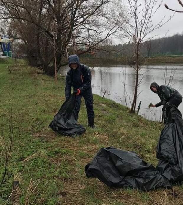 Берега Малого пруда в Северном очистили от пластика
