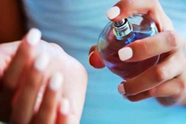 Как закрепить аромат духов на весь день? Очень простой трюк!